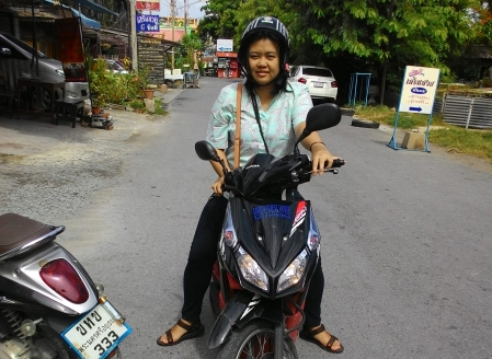 Saat menyewa motor di Ayutthaya (2015).