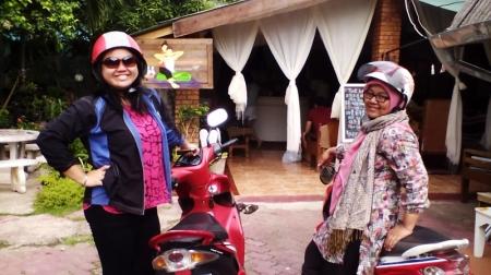 Menyewa dua motor di Chiang Mai untuk ke Doi Inthanon (2014).