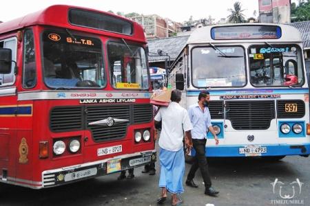 Terminal Bus di Kandy. Transportasi umum satu ini bisa jadi andalan jalan-jalan hemat di Sri Lanka.