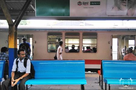 Suasana di dalam stasiun kereta.