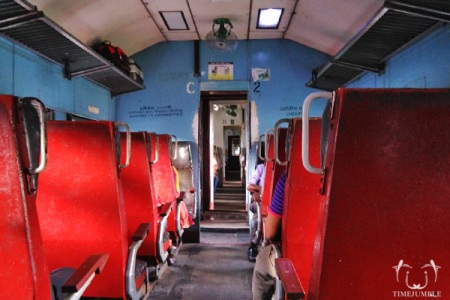 Penampakan kereta ekonomi dengan rute Colombo-Kandy.
