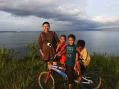 Sore asyik di Lagasa bersama anak-anak kampung Bajo, Lagasa.   FOTO: Feri Latief