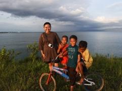 Sore asyik di Lagasa bersama anak-anak kampung Bajo, Lagasa. | FOTO: Feri Latief